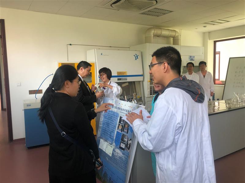6-纳米与化学可视化实验室,学生讲解获奖科研成果.jpg