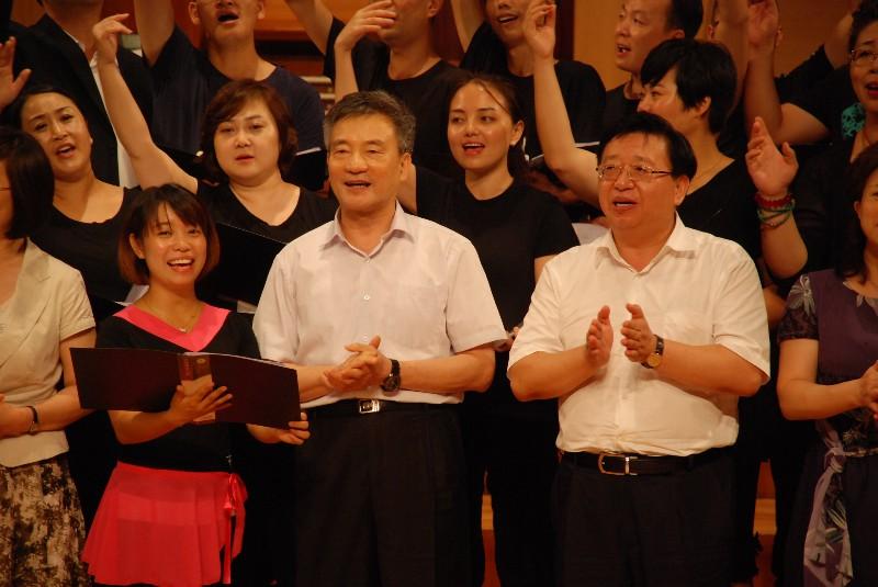 全国政协副主席、民进中央常务副主席罗富和(中)与学员们一起合唱.JPG